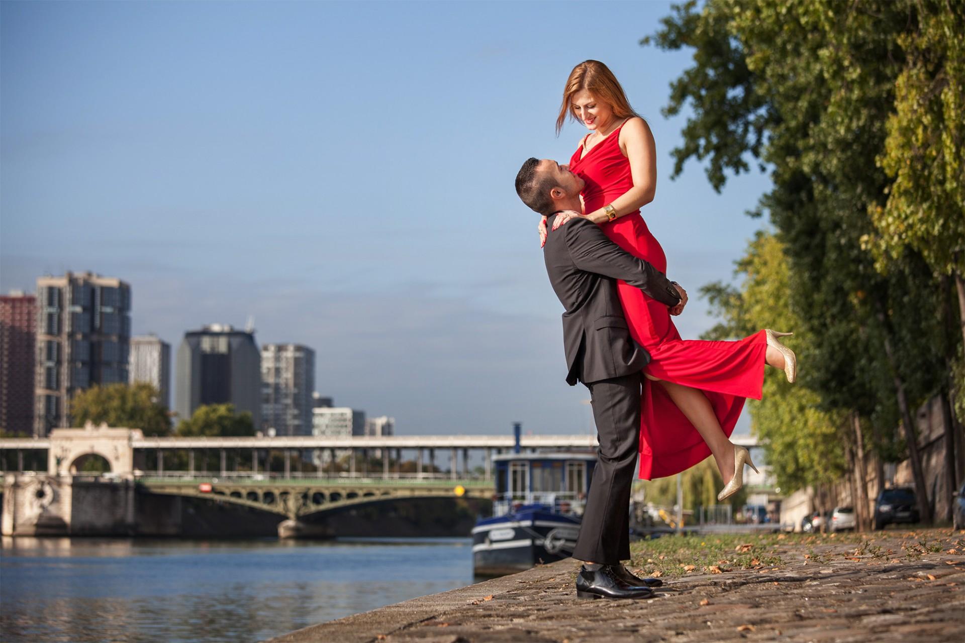 Dynamisches Modefotoshooting in Paris am Ufer der Seine