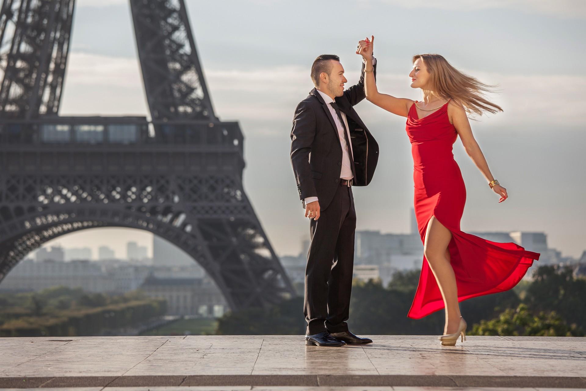 Fotograf in Paris für romantische Tanzeinlage am Eiffelturm