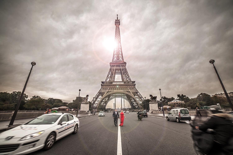 Fotograf in Paris beim Paarshooting direkt vor dem Eiffelturm