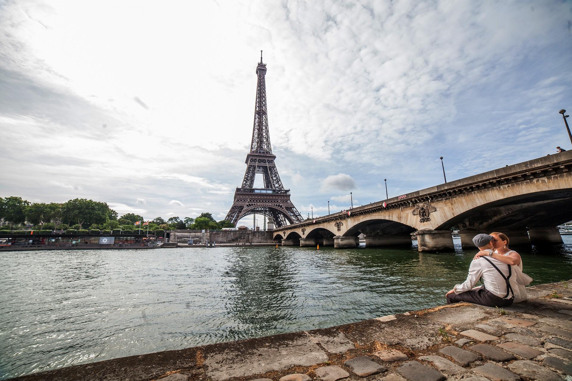 Uferblick auf den Eiffelturm, Fotoshooting für verliebte