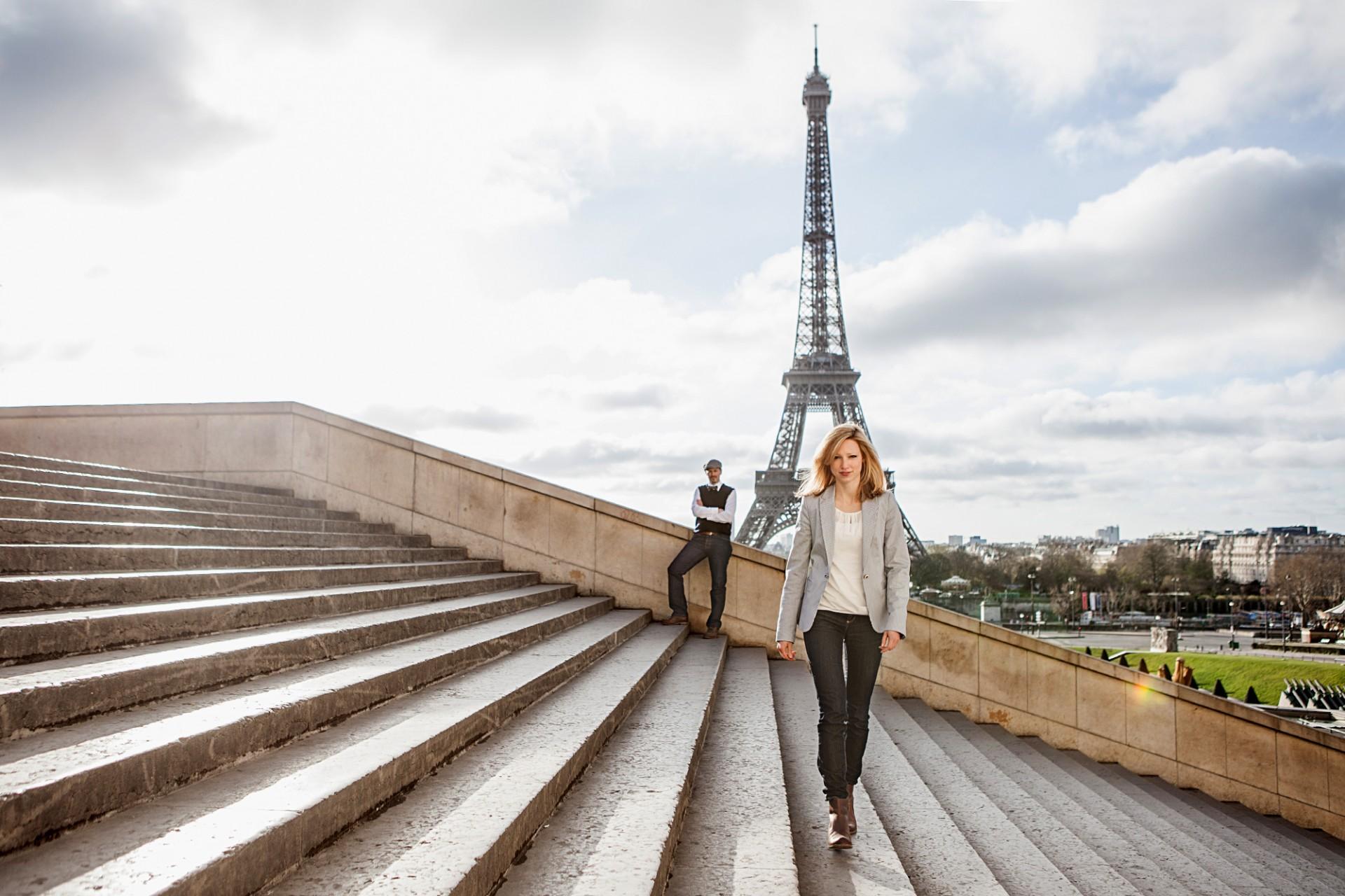 Fotograf in Paris am Eiffelturm mit einm Liebespaar