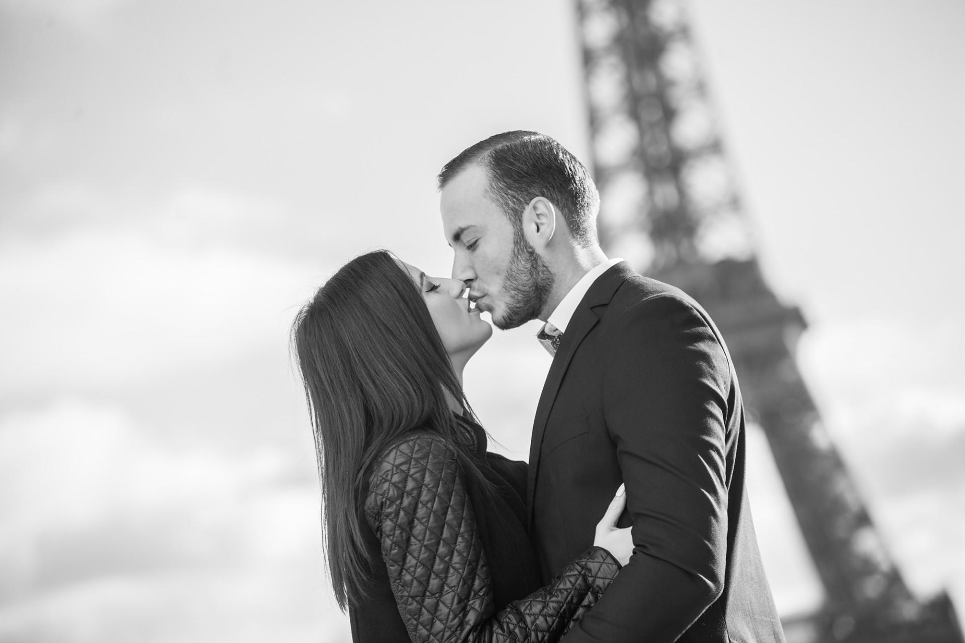 Verliebtes Paar in Paris beim Fotoshooting