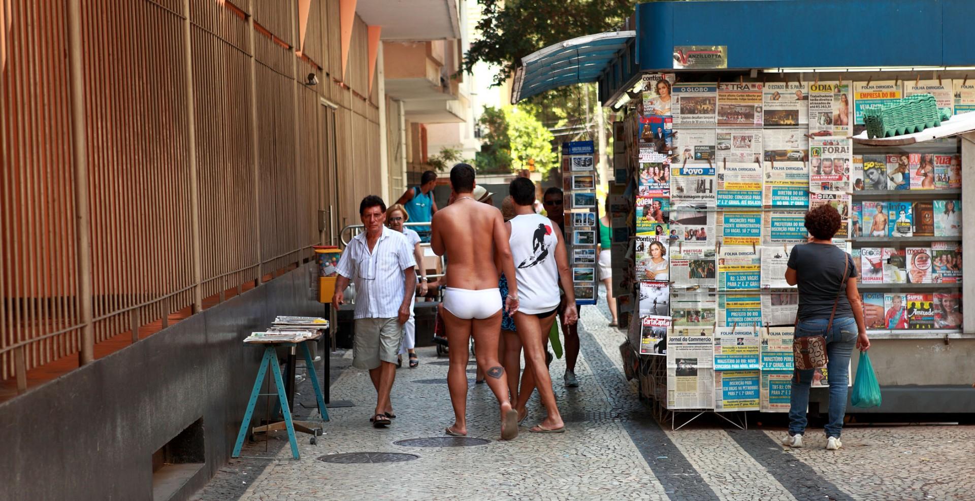Reportage-Fotograf-in-Paris-Reportage-Fotografie-Halb-nackt-durch-Rio