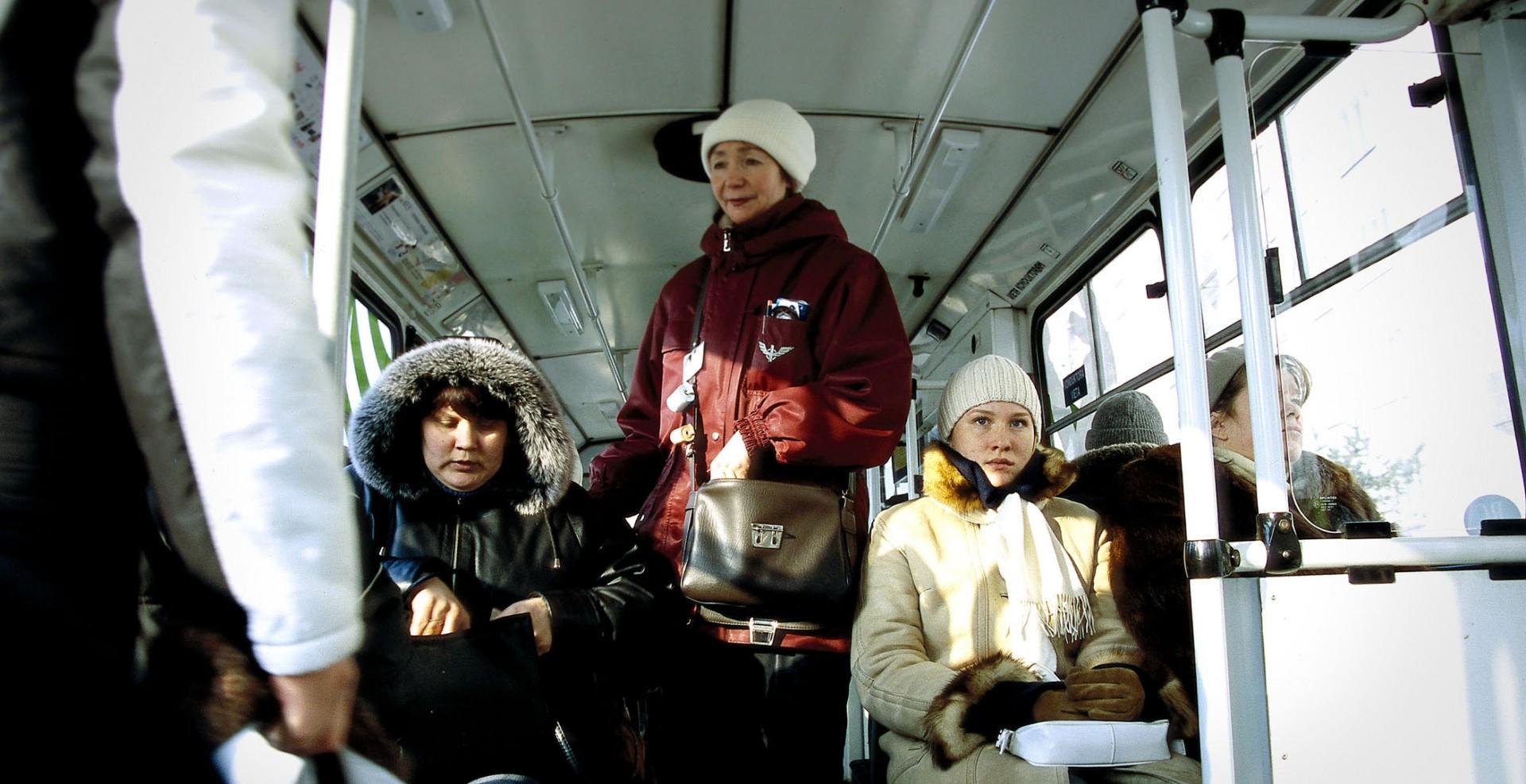 Reportage-Fotograf-in-Paris-Reportage-Fotografie-Lettland-im-Bus