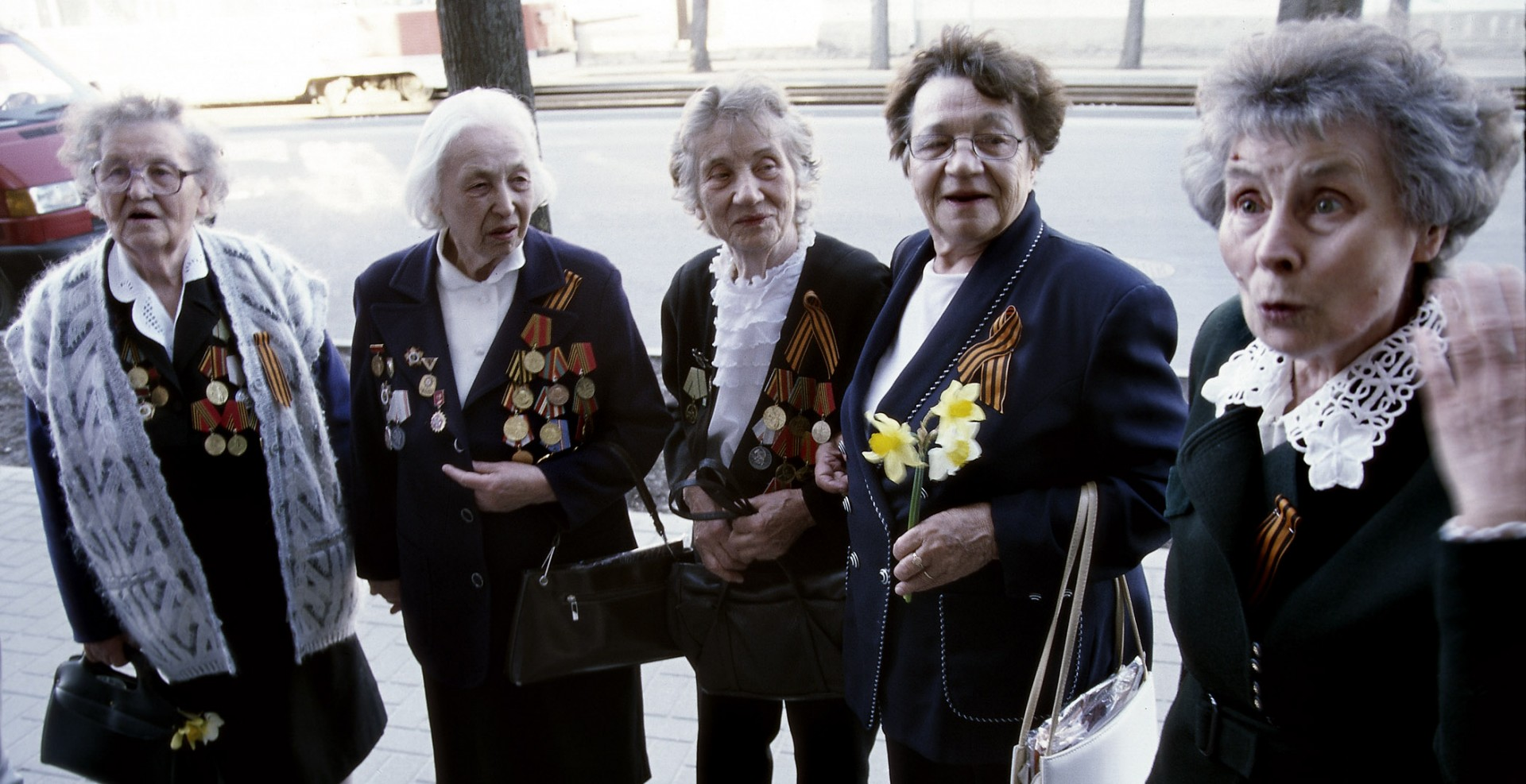 Reportage-Fotograf-in-Paris-Reportage-Fotografie-Veteraninnen-in-Riga-mit-Orden
