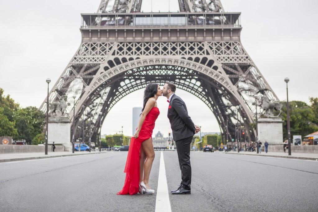 Kuss vor dem Eiffelturm Paris