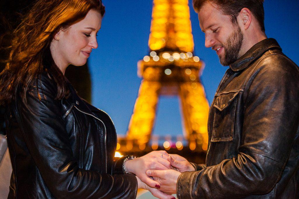 heiratsantrag bei nacht in paris eiffelturm